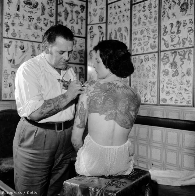 Les Skuse is népszerű tetoválónak számított, itt épp egy japán festményt pingál a Tattoo Lady néven ismert Pam Nash hátára.