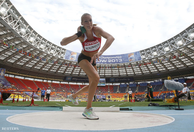 Laura Ikauniece, litván hétpróbázó éppen súlyt lökni készül, feszültség és koncentráció