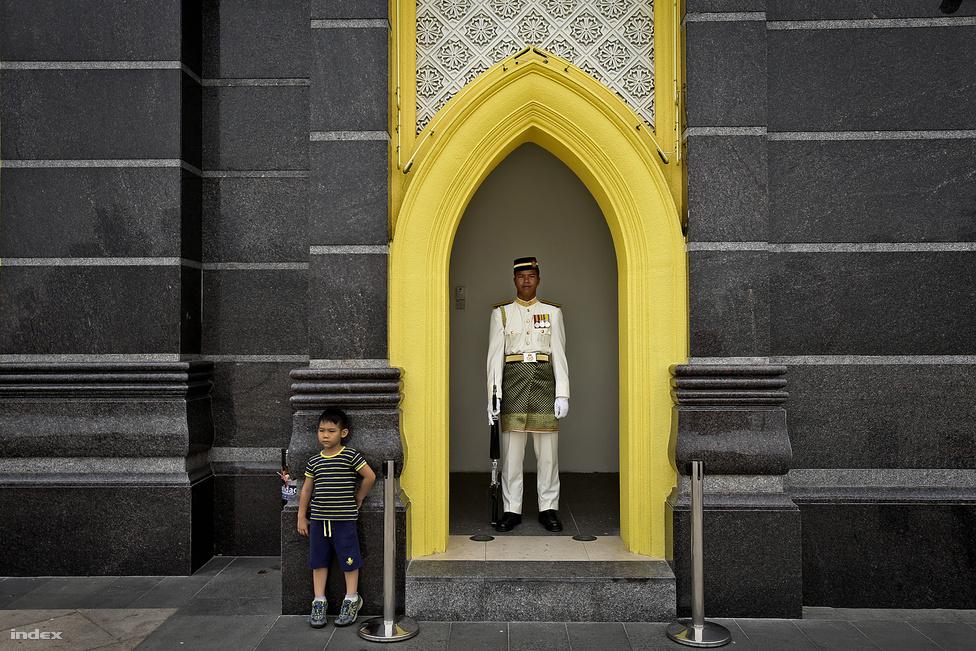 Malajzia államfője a Yang di-Pertuan Agong, Malajzia királya. A király a parlament és                         a kormány tanácsaival összhangban uralkodik. Ötévente választják meg a kilenc örökletes                          szultán közül, a másik négy állam, amiknek névleges kormányzói vannak, nem vesznek részt a                          választásban. A király Kuala Lumpur közelében él az Istana Negara nevű palotában.