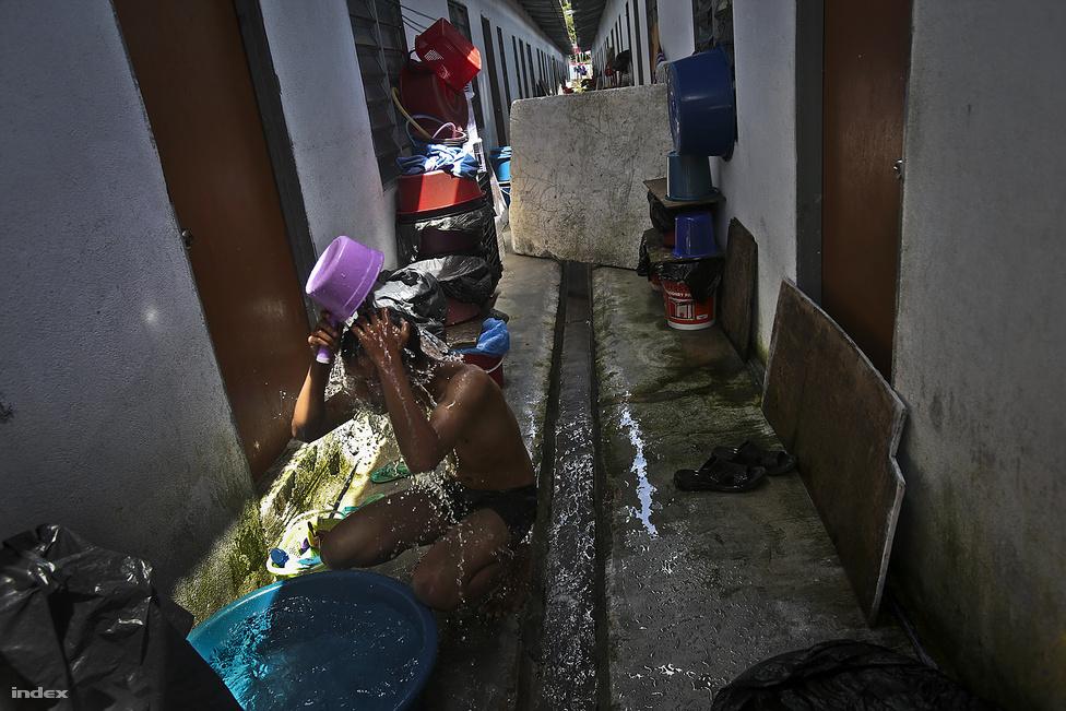 Az egyik Cameron-felföldi orang asli törzs faluját pár éve a heves esőzések után elsodorta egy                         sárlavina. A maláj kormány ilyen átmeneti épületet húzott fel a családok számára. Bár ottjártunkkor                          túravezetőnk többször is hangsúlyozta, hogy a megoldás átmeneti, és visszaköltözhetnek korábbi                          falujukba, azt rebesgetik, hogy a régi falu területén ingatlanfejlesztés zajlik, és biztos, hogy nem                          térhetnek vissza oda a törzs tagjai.