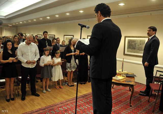 Közel száz új magyar állampolgár teszi le esküjét Áder János köztársasági elnök (j) és Dán Károly főkonzul (j2) előtt a New York-i magyar főkonzulátuson 2012. szeptember 25-én.