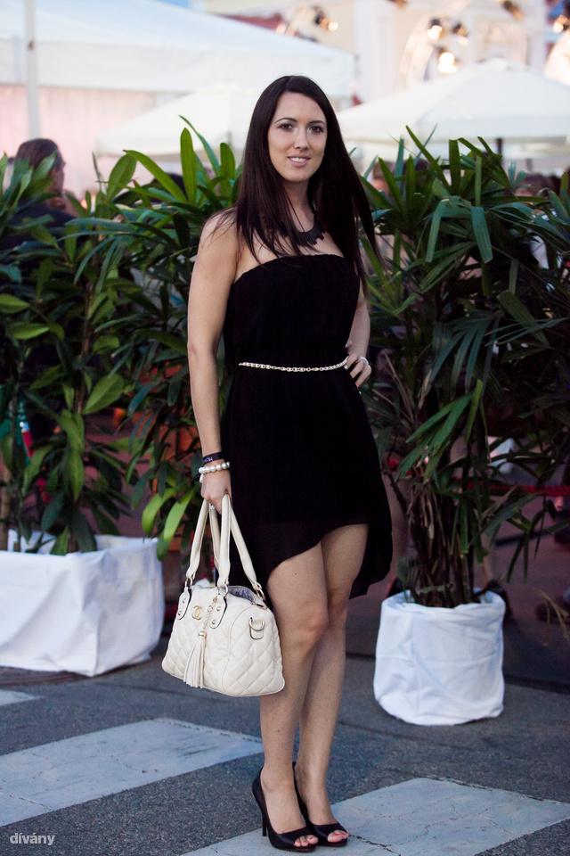 Eva kis fekete ruhában partizott a parndorfi outlet shopping nightján