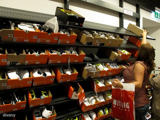 A Nike-ban szörnyű tömeg volt, de a 35 eurós cipők nem nagyon fogytak.