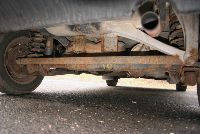 The unimaginably complicated rear suspension that only came with the DX versions: beam axle, coil springs, telescopic dampers. What could a basic Maruti be like?