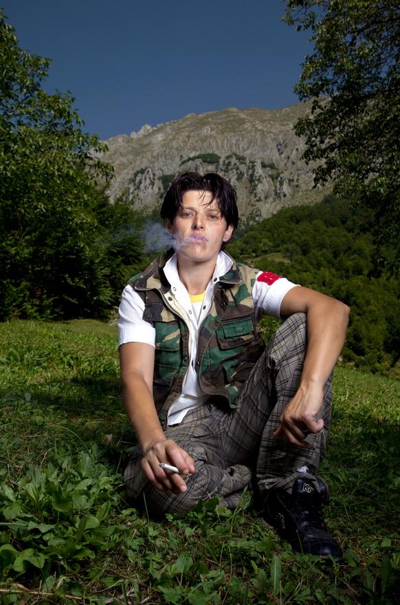 """A szüzességet választó, férfiként élő albán nőket Albániában burneshas-oknak nevezik. Ők azok, akik az ősi albán klánok szabályainak mondtak ellent azzal, hogy identitásukat """"lecserélték"""", és saját vagy szüleik döntése alapján az ellenkező nem tagjaként éltek tovább. A Kanun nevű középkori, majd a 20. században kodifikált patriarchális szabályrendszer alternatívájaként választották azt, hogy férfiként élnek tovább."""