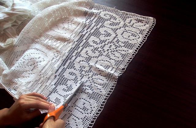 négy darab, egyenként 5 cm széles csipkecsíkot vágtunk ki a terítőből, ezek a póló két vállához és két oldalához szükségesek.