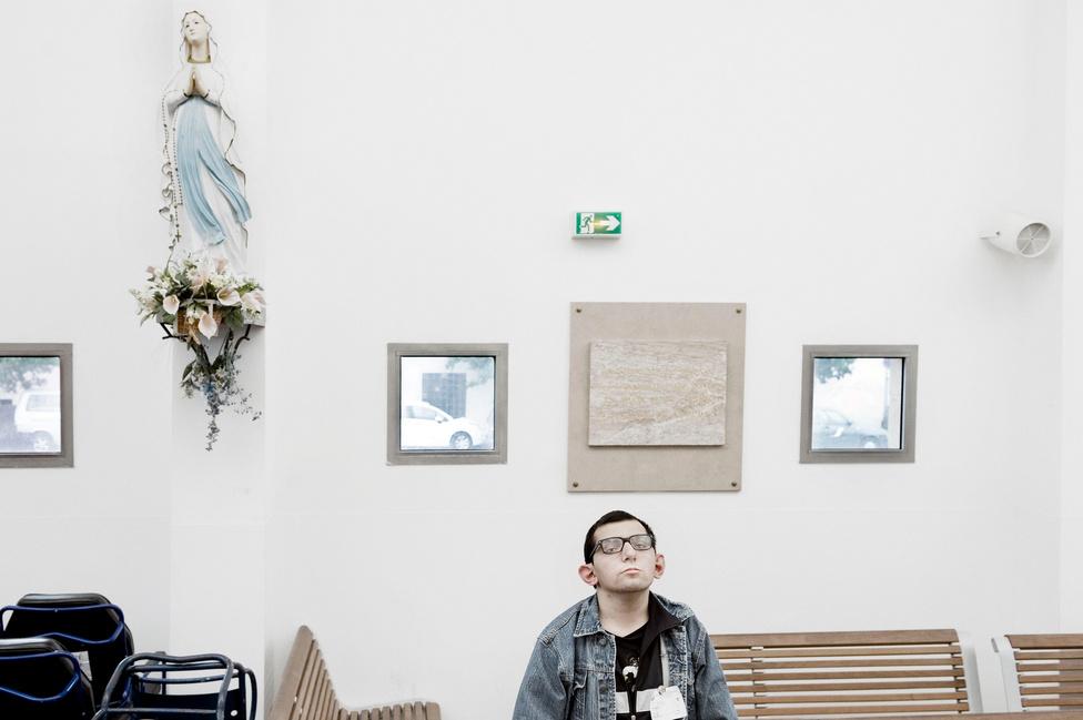 Lourdes az 1858 óta számít a katolikusok egyik szent helyének, ebben az évben ugyanis a 14 éves Bernadette Soubirousnak nem kevesebb, mint 18 alkalommal jelent meg a Boldogságos Szűz Mária, aki amúgy is a francia katolikus hit messze legnépszerűbb alakja.