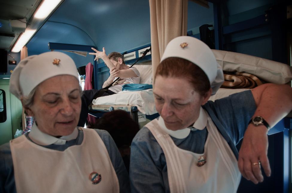 A Fehér vonaton apácák és ápolónővérek is utaznak, akik az egész út alatt gondját viselik az ágyhoz kötött zarándokoknak.
