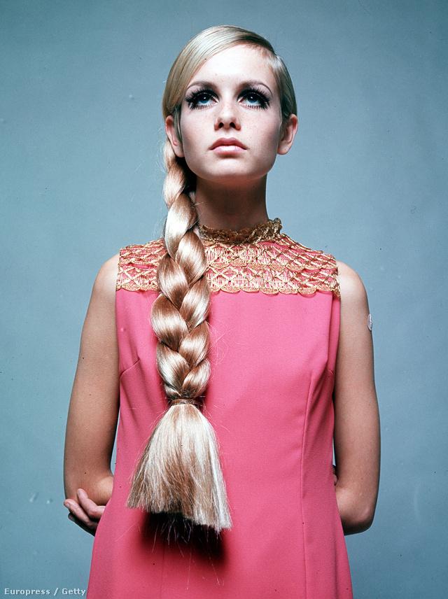 A britek egyik ikonja, Twiggy fonott hajjal,ujjatlan rózsaszín ruhában.