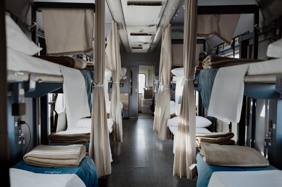 A Fehér Vonat belsejét utasai különleges igényeinek megfelelően alakították ki, de az út nem csak a dél-olasz kistelepülésekről összegyűjtött sérültek, hanem családtagjaik számára is életreszóló élményt jelent – még akkor is, ha a 35 órás vonatút végén esetleg nem várja őket gyógyulás.