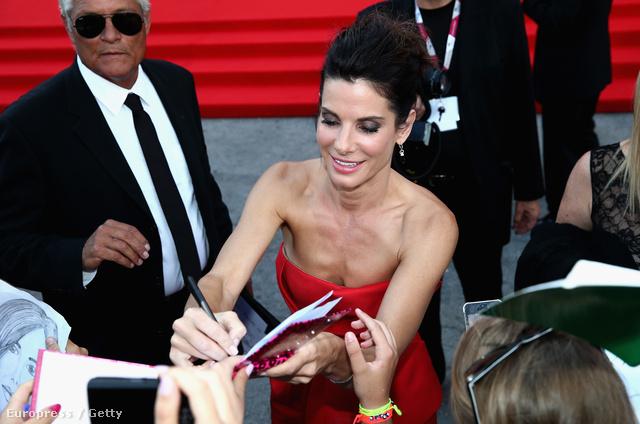 Sandra Bullock aláírásokat oszt a Velencei Filmfesztiválon