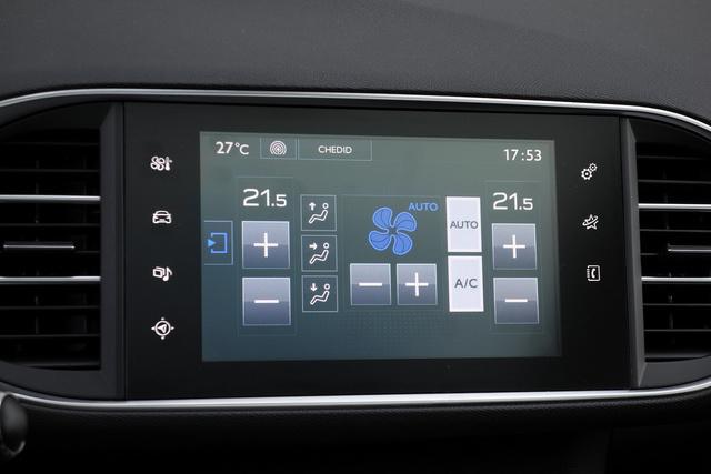 A mindent egy képernyőről kezelésbe már többen belebuktak, a Peugeot azonban meghagyta a normál tekerős fűtésszabályzást is alternatívaként