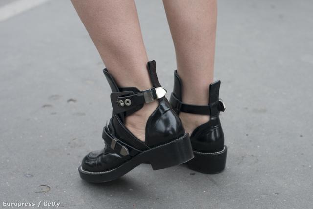És akkor térjünk át a punkos cipőkre: a divatmániások nagyjából fél éve hordják a Balenciaga bumfordi bakancsát. Igen, ez pont az.