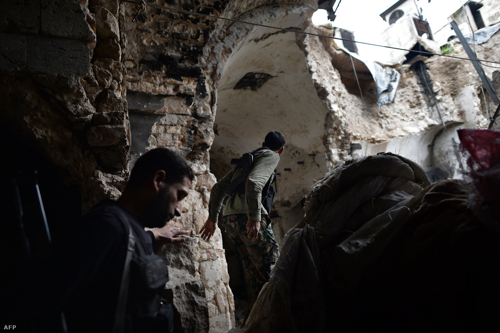Felkelők egy Aleppó melletti épület romjai között. A várost körülvevő falvak és elővárosok az elmúlt évben rendszeresen gazdát cseréltek. Ellenőrzésük főleg az utánpótlás-útvonalak biztosítása miatt fontos.