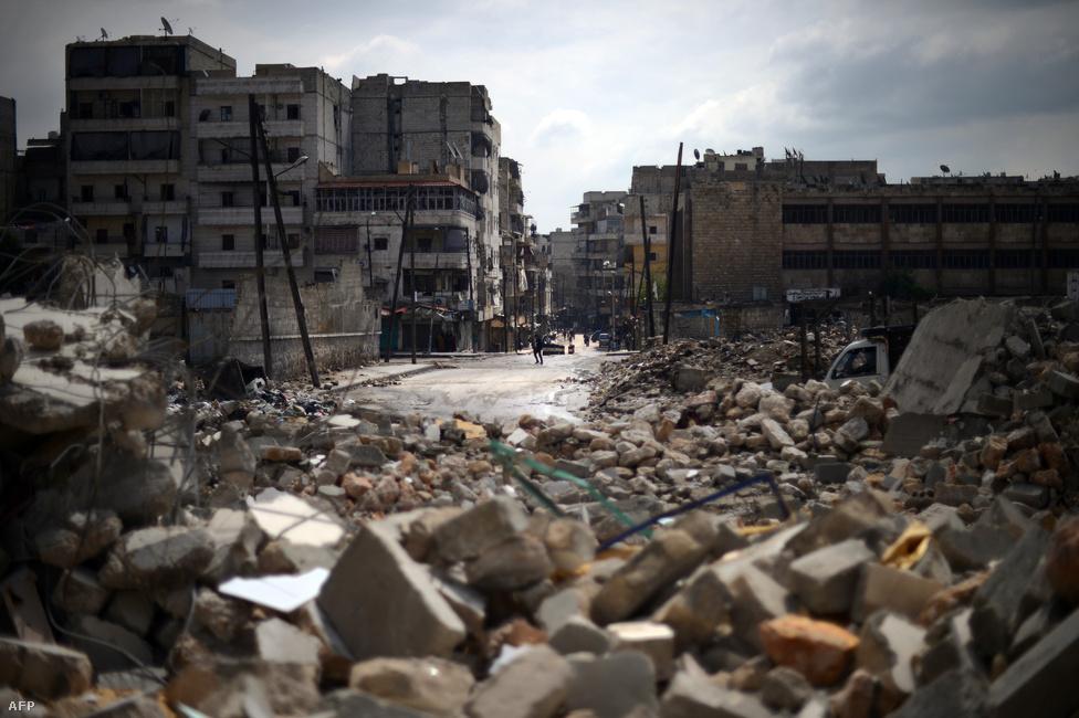 Az ellenzéki tiltakozások már 2011-ben megkezdődtek, de a felkelők csak egy évvel később indítottak átfogó támadást a város környékén. Egy ideig úgy tűnt, sikerül visszaszorítaniuk a kormányerőket: a katonák sorra álltak át a felkelők oldalára, és lakók  és civil vezetők szintén kezdték az ő pártjukat fogni. A kormányerők azonban visszatámadtak, és lényegében egy éve folyamatosak a harcok a városnál.
