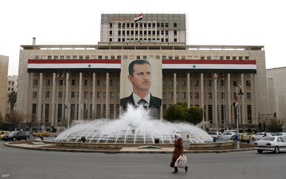 Bassár el-Aszad portréja Damaszkuszban a központi bank épületén. Az orvosi egyetemen végzett diktátor 2000-ben apját követte Szíria élén. Háfez el-Aszad harmincéves uralkodása alatt végig szükségállapotot tartott fenn. Eleinte mindenki azt remélte, fia demokratikus reformokat vezet majd be, de ez nem történt meg. A polgárháború két és fél éve alatt Aszad elveszítette az irányítást az ország északi és keleti része felett, lényegében a part menti részeket uralja, ahol az ország lakosságának 60 százaléka él.