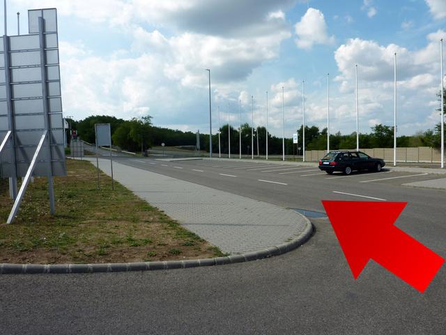 Itt parkoljon addig, amíg nem regisztrált. Ha ez a hely megtelik, akkor az út túloldalán, a salakos parkolóban lehet megállni