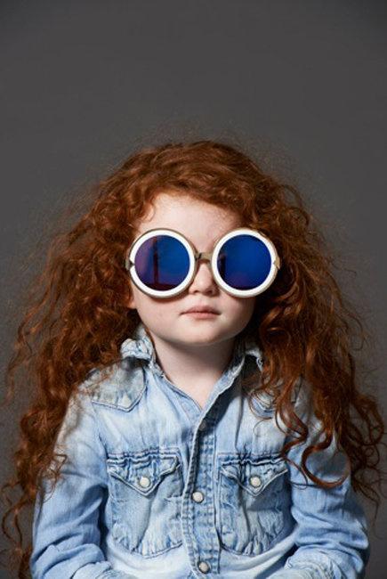 Grace Coddingtonra emlékeztető kislány designer szemüvegben.