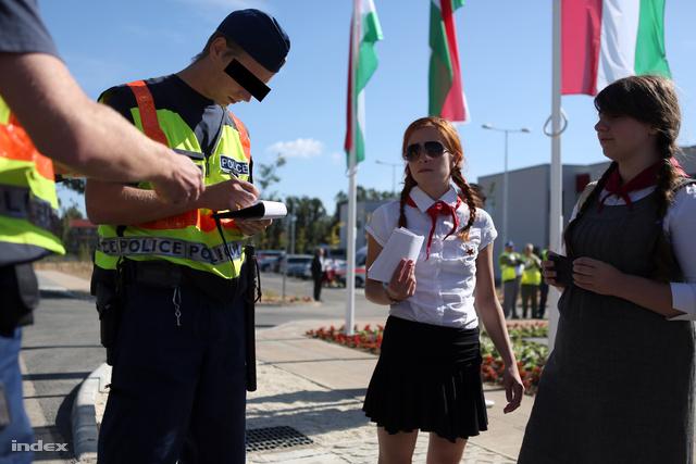 Rendőrök igazoltatták az iskola előtt tüntető aktivistákat
