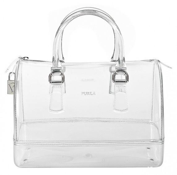A Furla 60 ezer forintos Candy-je talán nem olyan hamar, de a fast fashion üzletek átlátszó táskái elég gyorsan besárgulnak, főleg a nyári melegben.