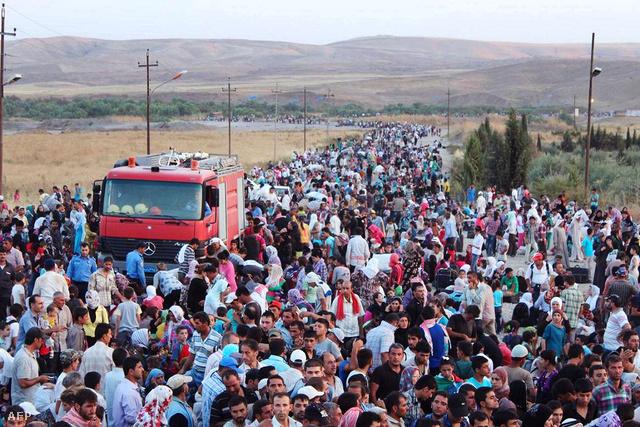 Szíriai kurdok várnak az átjutásra az iraki határnál