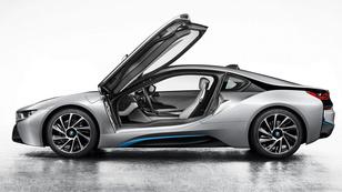 Gyári fotókon a BMW új sportkocsija