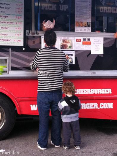 Apa és fia egy food truck-ból rendel
