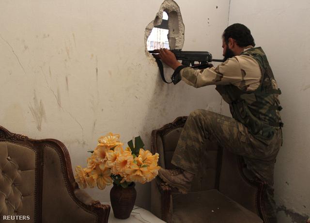 A Szabad Szíriai Hadsereg katonája Kafr Naboudehnél