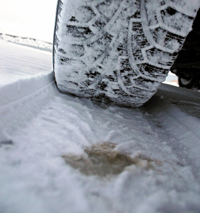 Low grip plus high rolling resistance - in deep snow narrow tyres are usually better
