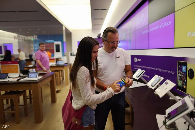 Vásárlók egy Microsoft-üzletben