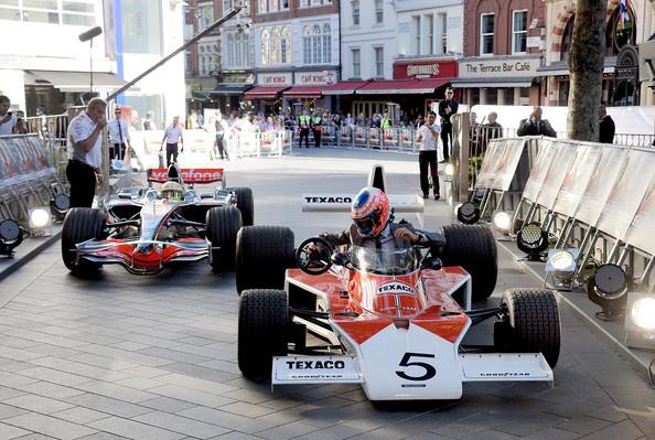 Hétfőn, Londonban, egy 70-es évekbeli McLarenben