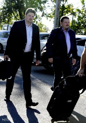 Bárándy Gergely (b) és Török Zsolt érkezik a MSZP kihelyezett ülésére a gárdonyi Vital Hotel Nautis szállodába 2013. szeptember 4-én.
