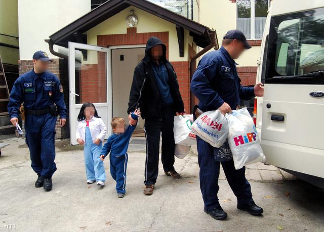 2009. október 21 -                         Egy szerb férfit és gyermekeit kísérik a határrendészek a szegedi gyermekklinikán. Kiengedték a kórházból azokat a gyerekeket akiket kihűlés miatt szállították a mentők a szegedi gyermekklinikára október 15-re virradóra miután apjukkal illegálisan átlépték a zöldhatárt Röszke közelében.