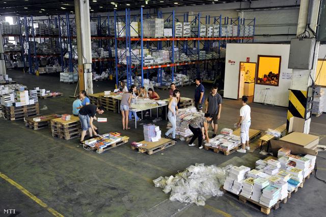 Tankönyvek a Kello törökbálinti raktárában