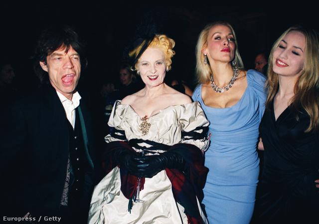 Mick Jagger, Vivienne Westwood, Jerry Hall és Elizabeth Jagger az 1998-as londoni divathéten.