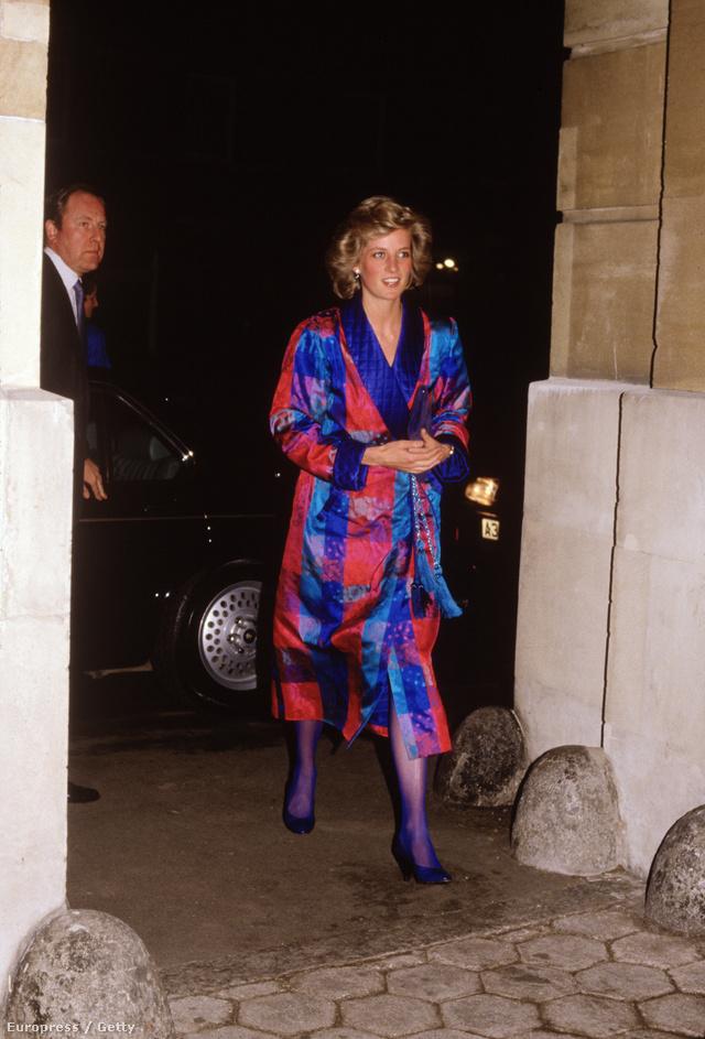Diana hercegnő egy Bellville Sassoon ruhában igyekszik a londoni divathét egyik bemutatójára 1988-ban.