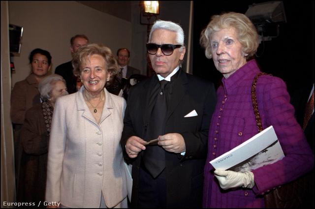 Karl Lagerfeld és vendégei,Bernadette Chirac és Claude Pompidou a 2001-es párizsi divathéten.