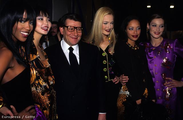 Yves Saint Laurent és modelljei az 1995-os párizsi divathéten.