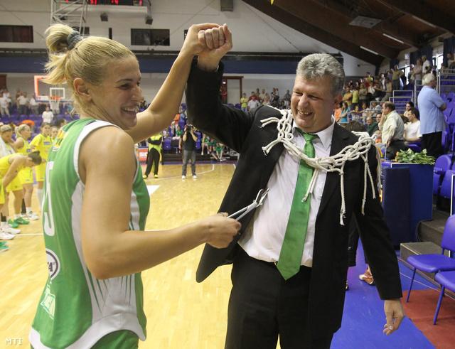 Nagy-Bujdosó Nóra és Fűzy Ákos vezetőedző örül, miután a Győr megnyerte a kosárlabda-bajnokságot 2012. április 29-én