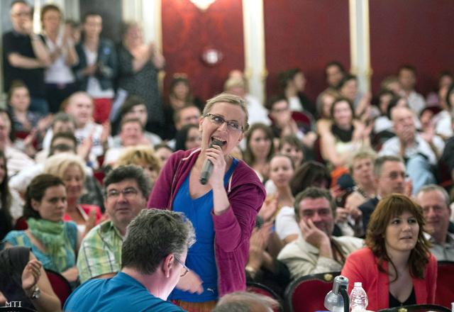 Eszenyi Enikő és a Vígszínház közönsége 2013. májusában, a Színházak Éjszakáján