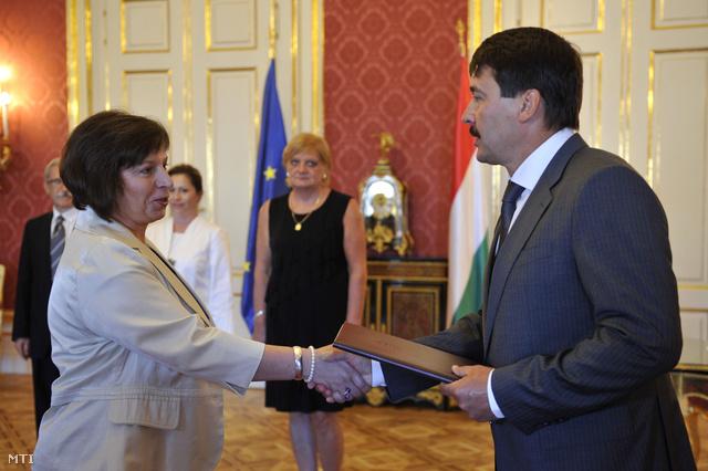 Áder János köztársasági elnök a Nemzeti Média- és Hírközlési Hatóság (NMHH) elnökévé nevezi ki Karas Monika Zsuzsannát a Sándor-palotában 2013. augusztus 19-én.