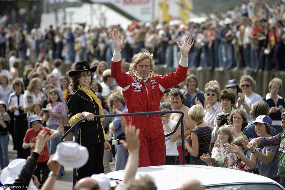 Hunt 1976-os vb-győzelme előtt is nagyon népszerű volt hazájában, utána végképp a nép bajnoka lett. Siker, nők, csillogás, remek megjelenés, pia, cigi, minden megvolt benne egyben, amit csak el lehet képzelni. Itt épp 1977-ben a silverstone-i Brit GP-n parádéztatják végig a tömegen.