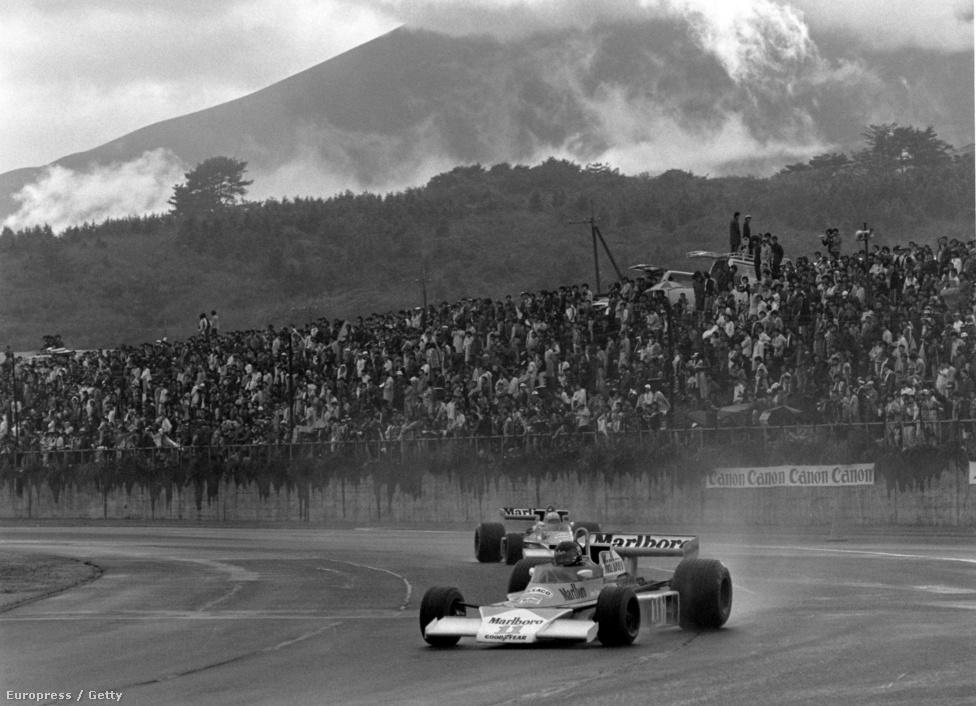 A híres Japán Nagydíj Fujiban, ahol minden eldőlt azon az esős októberi napon. Huntnak már minden esélye elúszni látszott, ám végül harmadikként befutott, és egy pont előnnyel megnyerte a világbajnokságot Lauda előtt. Elég lett volna a negyedik hely is, ám azt sem tudta, hol van az utolsó körök nagy kavarodásában.