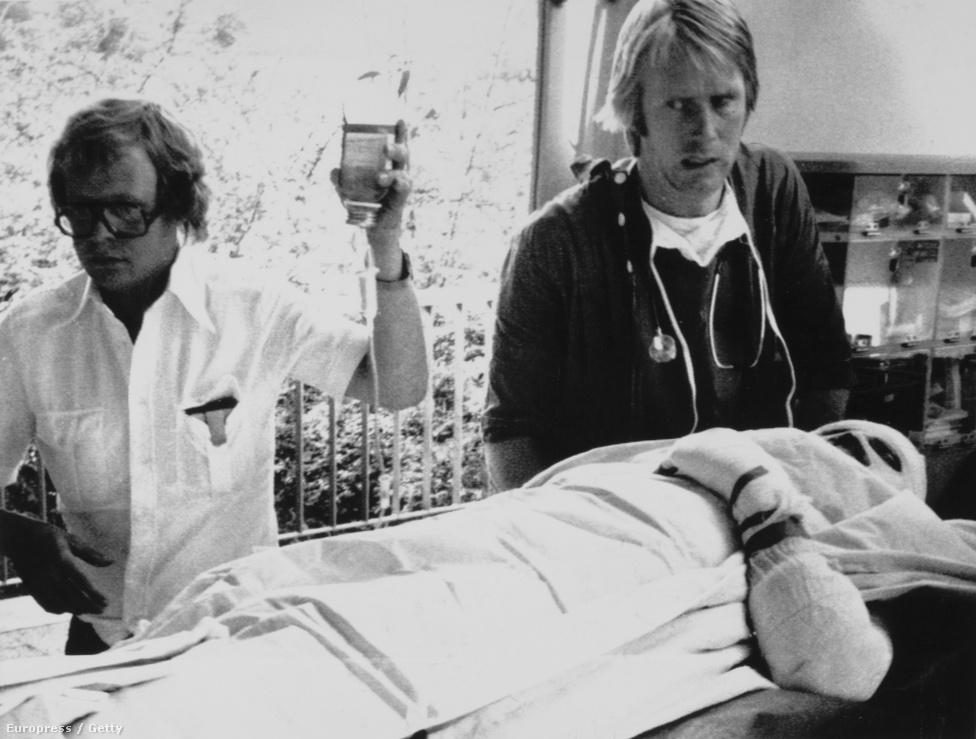 Lauda a kórházban. Bár feje is súlyosan megégett, nem is veszítette el az eszméletét, magánál volt, amikor a mentőbe rakták, a futamot újra is indították, először azt gondolták, a sérülések nem életveszélyesek. Tüdeje volt a legnagyobb probléma, a füst és állítólag a belélegzett poroltó súlyosan károsította a létfontosságú szervet. Hetek alatt sikerült csak kitisztítaniuk az orvosoknak, igen fájdalmas művelettel. Laudát viszont motiválta, hogy mielőbb visszaüljön az autóba, hogy Hunt a lehető legkevesebbet hozhasson rajta a vb-pontversenyben.