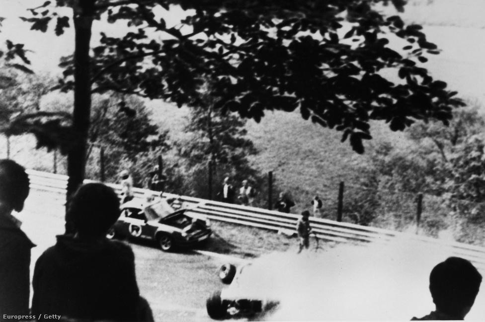 Lauda szörnyű balesete 76-ban, a Nürburgringen. Társai mentették meg az életét, amikor nagy nehezen ki tudták szabadítani a lángoló Ferrariból. Megégett, füstmérgezést kapott, a kórházban feladták neki az utolsó kenetet. Egy hónapig ápolták, de aztán alig hat hét múlva autóba ült, és Monzában már ott volt az Olasz Nagydíjon, csak két versenyt hagyott ki.