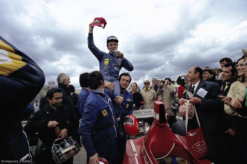 Lauda első F1-győzelme, 1974, Jarama, Spanyol Nagydíj, már a Ferrariban. Hunt párhuzamosan első dobogós helyezéseit érte el ekkoriban.