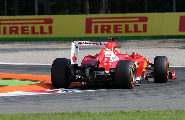 Alonso és az összenyomott jobb hátsó gumi
