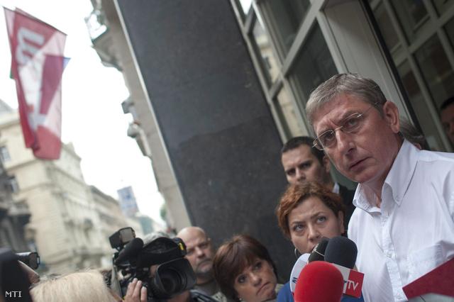 Gyurcsány Ferenc és Vadai Ágnes távoznak a tárgyalásról az MSZP székházából