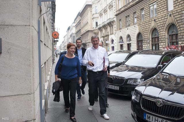 Gyurcsány Ferenc és Vadai Ágnes érkeznek a tárgyalásra az MSZP székházába