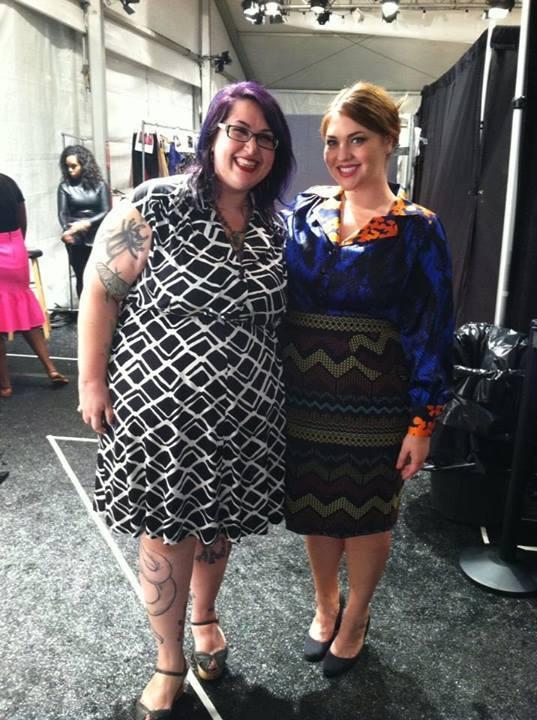 A tervező és modellje a backstage-ben.